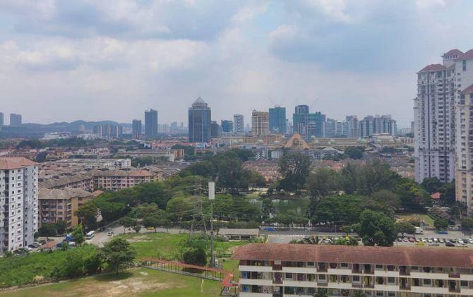 Kondisi kota dari lantai 16 apartemen Juriani Putri di Petaling Jaya, Kuala Lumpur, Malaysia saat hari pertama lockdown, kemarin.