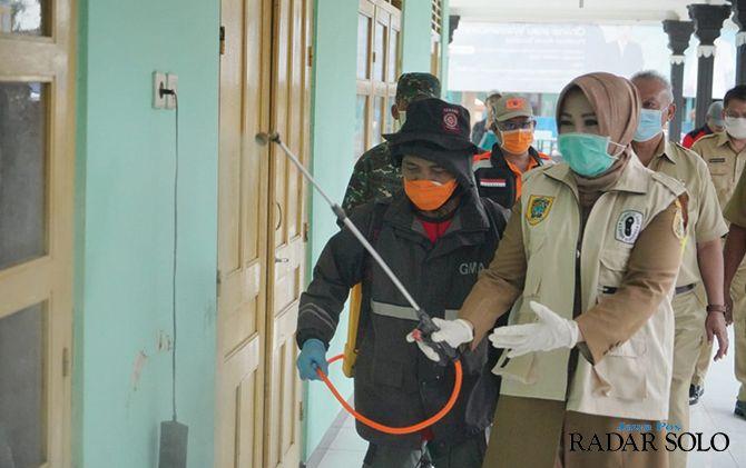 TURUN GUNUNG: Bupati Klaten Sri Mulyani memimpin penyemprotan disinfektan di Kantor Desa Jonggrangan, Kecamatan Klaten Utara, kemarin (23/3).