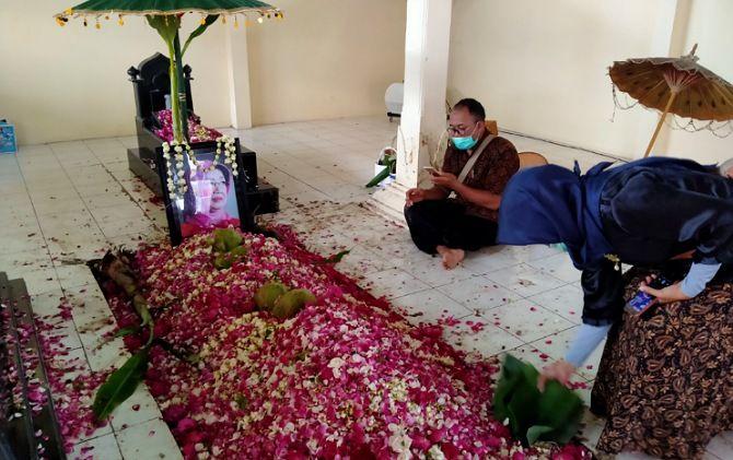 Makam almarhumah Sudjiatmi Notomihardjo bertabur bunga segar.