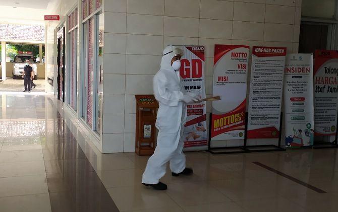Petugas medis pakai hazmat suit ketika simulasi penanganan pasien suspect korona di RSUD Soediran Mangun Sumarso, beberapa waktu lalu.