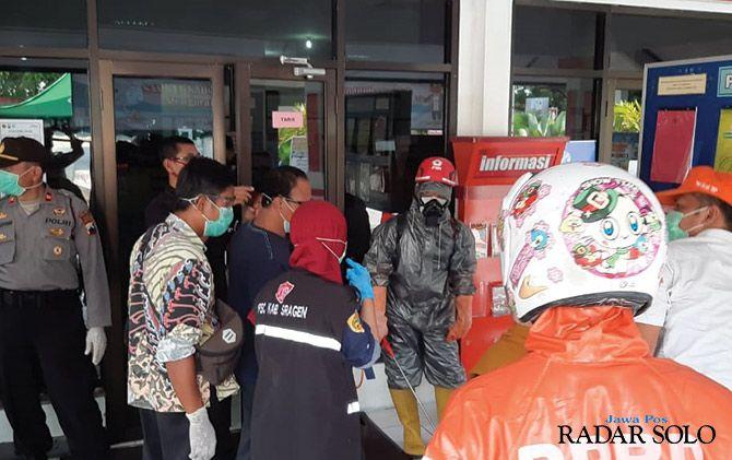 Evakuasi jenazah warga Sambungmacan yang meninggal di kantor Samsat Sragen.