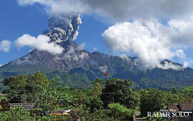 Kondisi Gunung Merapi saat erupsi terlihat dari Desa Balerante, Kecamatan Kemalang.