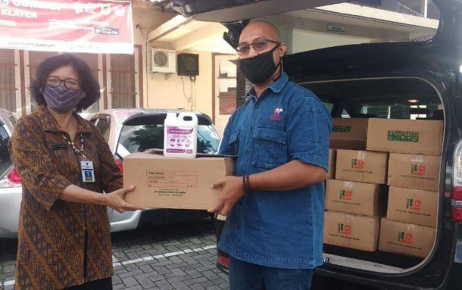Penyerahan Disinfektan dari Pimpinan HRD PT. WMU, Alfian Dukhan, kepada Dinas Kesehatan