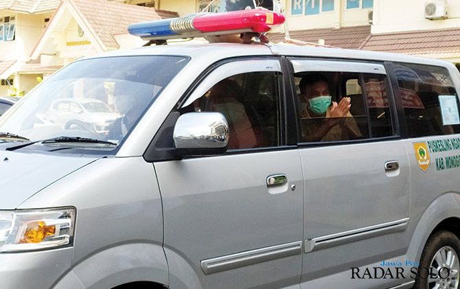 Menggunakan ambulans, P diantar pulang ke rumah, Sabtu (11/4). Dia diminta menjalani karantina mandiri selama 14 hari ke depan.