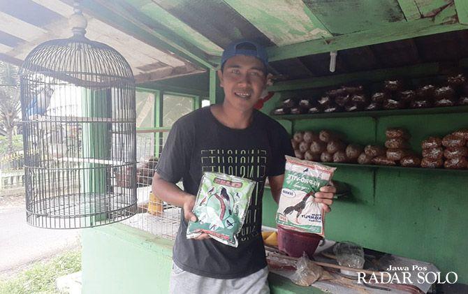 Ghoni Yanuar Gitoyo berjualan pakan burung selama kompetisi libur.
