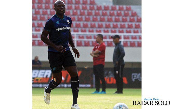 Kapten Persis Solo Bruno Casimir saat berlatih di Stadion Manahan, belum lama ini.