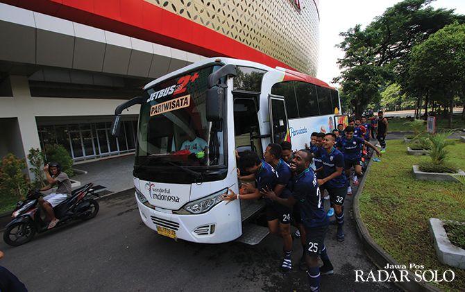 KOMPAK: Para pemain Persis mendorong bus, yang mogok di depan Stadion Manahan. Saat perjalanan, lagu Didi Kempot sering disetel di dalam bus untuk dinyanyikan para pemain.