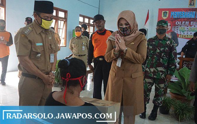 Ketua Gugus Tugas Pencegahan dan Pengendalian Covid-19 Kabupaten Klaten Sri Mulyani beri bantuan sembako ke warga Desa Kraguman, Jogonalan, kemarin.