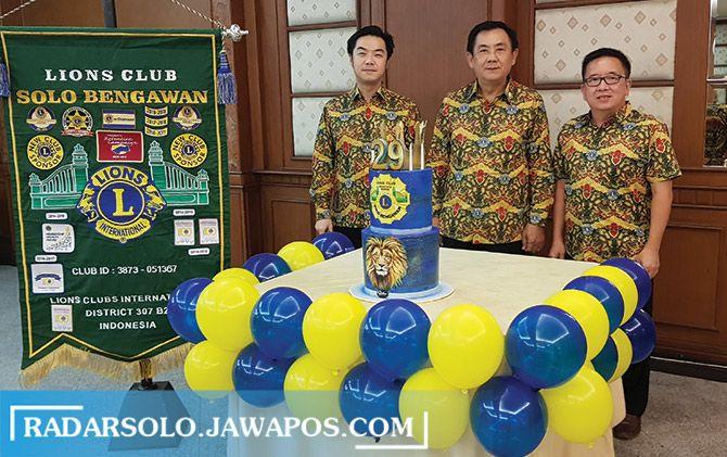Charter President Hartono Setyo (tengah) didampingi President Budiman Tanudjaja (kanan) dan Vice President Budiharto Setyo (kiri) saat merayakan ulang tahun Lions Club Solo Bengawan yang ke-29, Selasa (19/5).