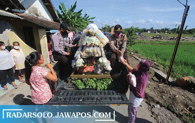 Mobil patroli Polsek Kartasura keliling di wilayahnya patroli sambil bagikan sayur ke warga, kemarin.