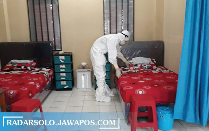 Petugas kesehatan menyiapkan tempat untuk pasien isolasi covid-19 di Rumah Sehat Covid-19. Pemkab Sukoharjo belum akan menerapkan new normal karena kurva belum turun.