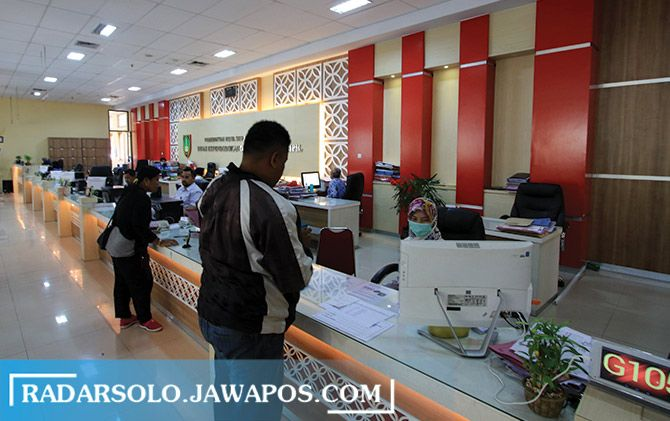 Pelayanan di Kantor Disdukcapil Surakarta sebelum diterapkan WFH April lalu.