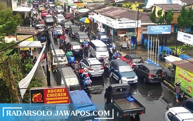 Jalan di kawasan Tawangmangu macet kendaraan. Sejumlah penginapan dan tempat nongkrong di sana sudah penuh pengunjung di masa pandemi, akhir pekan kemarin.