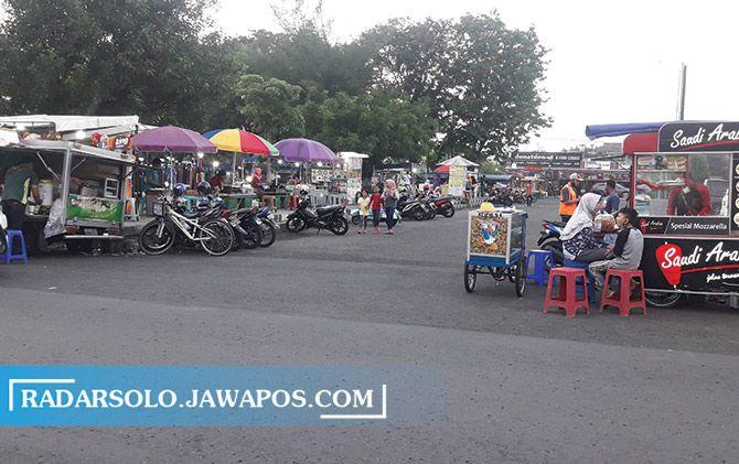 Kegiatan perdagangan di Plasa Alun-Alun Karanganyar mulai aktif saat ini.