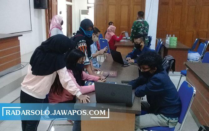 Calon siswa mendatangi Disdik Surakarta karena panik server PPDB SMP sempat down, Jumat (26/6).