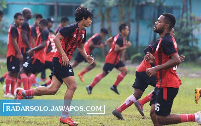 VAKUM SEJENAK: Striker Persis Solo Rishadi Fauzi (kiri) saat berlatih bersama tim sebelum pandemi Covid-19.