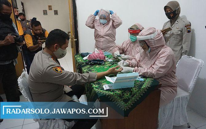 PEDE: Kapolres Klaten AKBP Edy Suranta Sitepu menjalani rapid test di Klinik Pratama Polres Klaten, kemarin (26/6). Kegiatan ini merupakan rangkaian HUT Bhayangkara Ke-74.
