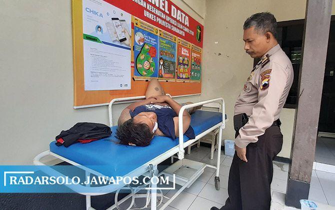 AU mendapat perawatan di rumah sakit lantaran tercebur di Kali Jenes saat dikejar warga.