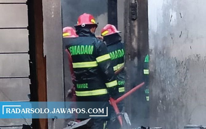 Tim Damkar Satpol PP Sukoharjo berupaya memadamkan api di rumah usaha konveksi, Rabu (1/7).