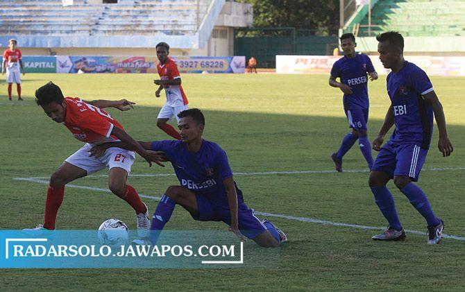Persebi Boyolali (jersey biru) saat mengikuti Liga 3 zona Jateng melawan Persis Gotong Royong di Stadion Manahan, 2017 silam.