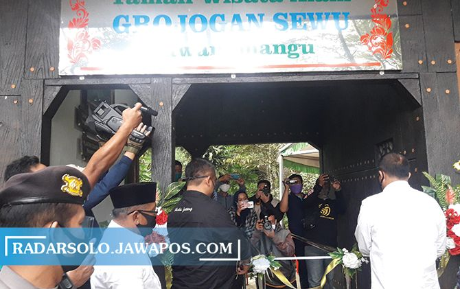 Bupati Juliyatmono dan BKSDA resmi membuka objek wisata Grojogan Sewu, kemarin (3/7).