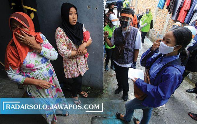 DOOR TO DOOR: Petugas KPU Kota Surakarta melakukan verifasi faktual dukungan terhadap bakal calon wali kota dan wakil wali kota dari jalur perseorangan, Jumat (4/7).