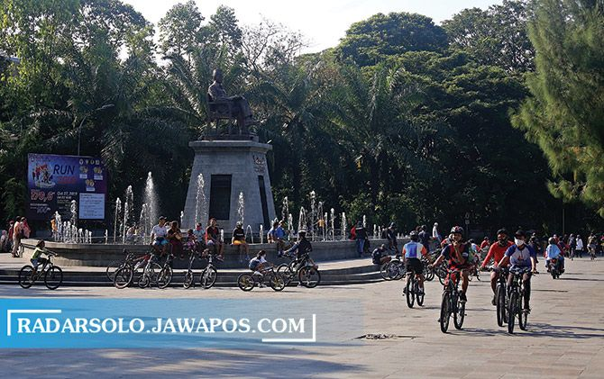 Masyarakat berkumpul usai berolahraga di depan plaza Manahan, Minggu (5/7).
