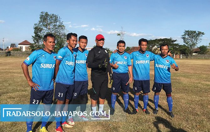 CARI KERINGAT: Skuad Suro FC dalam laga uji coba di Stadion Gelora Merdeka, kemarin (25/7).