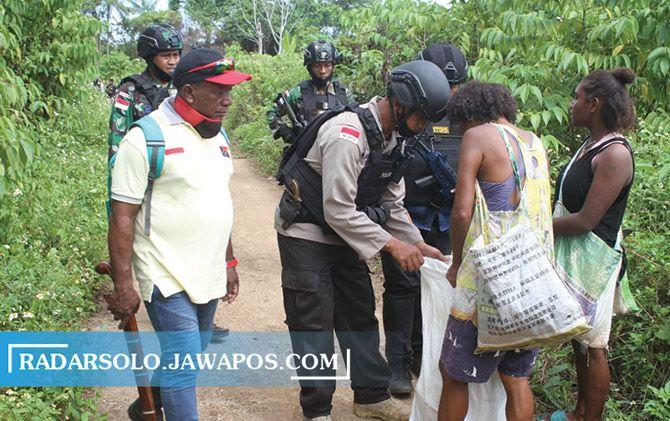 Tim gabungan melakukan patroli di areal perbatasan Indonesia-Papua Nugini di Kota Jayapura, belum lama ini.