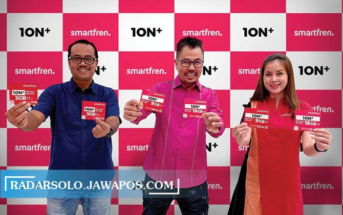 Keterangan pada foto (tengah) Djoko Tata Ibrahim - Deputy CEO Smartfren didampingi (kiri) Sukaca Purwokardjono - Deputy CEO Mobility dan Customer Care Smartfren sedang memperlihatkan varian baru Kartu Perdana 1ON+.
