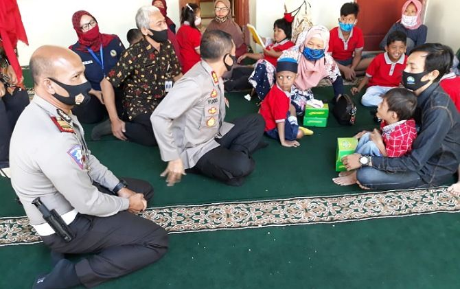 FOTO__Kapolres Sukoharjo AKBP Bambang Yugo Pamungkas didampingi Kasat Lantas AKP Marwanto beramah tamah dengan orang tua dan anak di sanggar inklusi Tunas Bangsa, Nguter, Kamis (30/7)