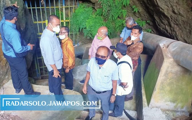 CARI SOLUSI KEKERINGAN: Rombongan komisi D DPRD Jateng tinjau