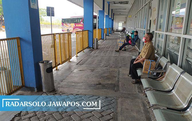 Suasana terminal keberangkatan di Terminal Tipe A Giri Adipura Wonogiri mulai sepi, kemarin.