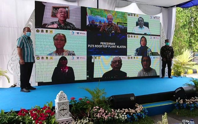 Kepala Pabrik AQUA Klaten, I Ketut Muwaranata (kanan) dan Pjs Bupati Klaten Sujarwanto Dwi Atmoko foto virtual bersama Gubernur Ganjar Pranowo setelah peresmian PLTS Atap