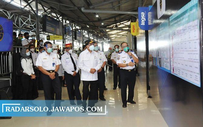 Menhub Budi Karya Sumadi meresmikan jaluar ganda lintas selatan Jawa di Stadion Solo Balapan, Kamis (8/10).
