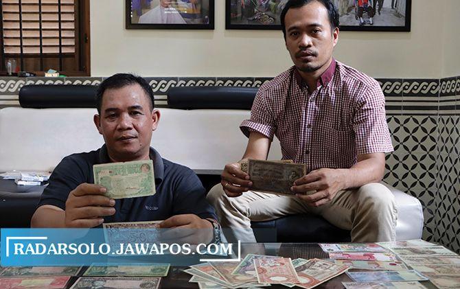 KOMPAK: Harsito Budi Santosa (kiri) dan Andreas Novriyanto menunjukkan koleksi, kemarin (16/10). Didapat dari sesama kolektor.