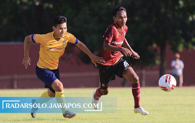 Persis Solo menjalani laga uji coba dengan Persika Karanganyar di Stadion UNS, beberapa waktu lalu.