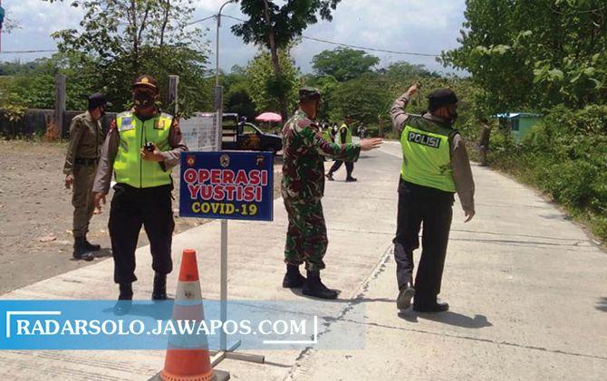 Tim Gugus Tugas Covid-19 Mojogedang melakukan operasi prayustisi di daerah menuju wisata Karangpandan, dan Tawangmangu, kemarin (23/10).