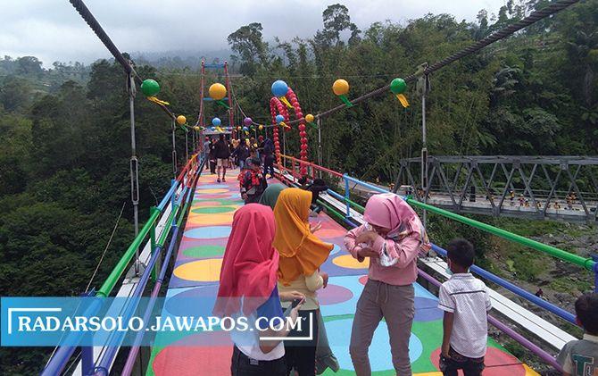 BERBURU FOTO: Wisawatan memadati jembatan Polkadot di perbatasan Selo, Boyolali-Sawangan, Magelang.