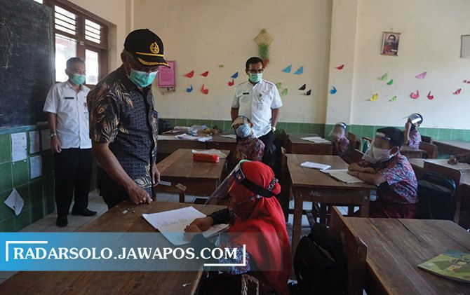 Dirjen PAUD- Dikdasmen Kemendikbud Jumeri meninjau kegiatan belajar mengajar di Kelas IV SD N 1 Balerante, Kecamatan Kemalang, Klaten, kemarin (18/11).