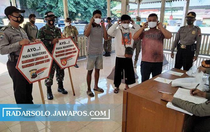 Personel gabungan gelar Operasi Yustisi di Pasar Bekonang, Mojolaban, Sukoharjo agar masyarakat patuh prokes, Jumat (20/11)