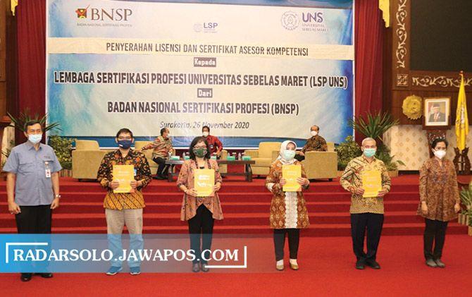 Penyerahan sertifikat lisensi LSP UNS oleh BNSP di Gedung Auditorium G.P.H Haryo Mataram, Kamis (26/11).