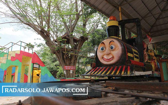 Wahana permainan di Objek Wisata Waduk Gajah Mungkur mangkrak karena belum dibuka.