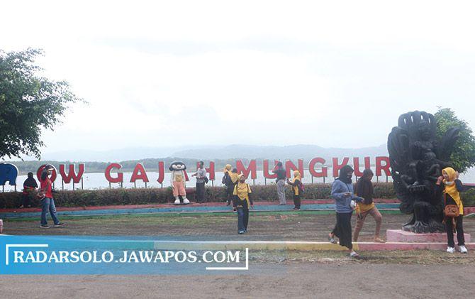 Wisatawan mengunjungi objek wisata Waduk Gajah Mungkur (WGM) yang mulai beroperasi Minggu (29/11).