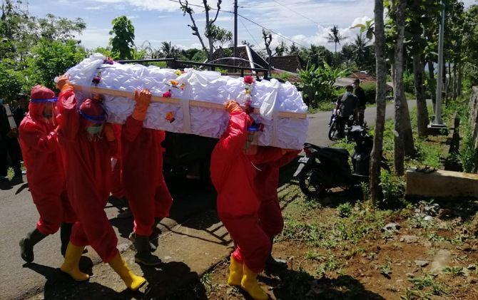 Prosesi pemakaman yang dilakukan oleh tim Jogo Tonggo di salah satu desa di Kecamatan Slogohimo, Selasa (1/12). Jenazah sempat disemayamkan di rumah duka.