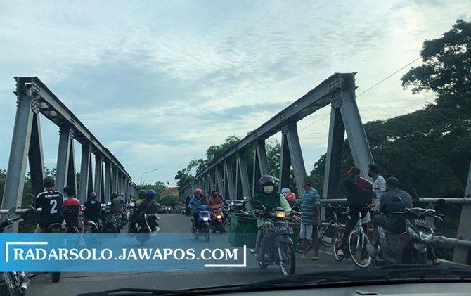 Ramai orang melintas di Jembatan Sapen.