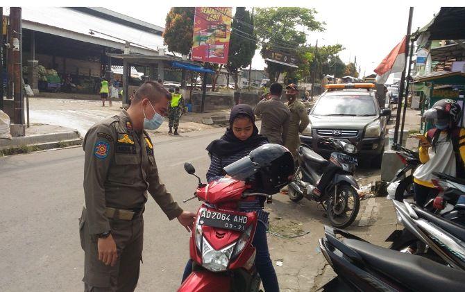 Personel Satpol PP Boyolali menegur warga yang tak memakai masker.