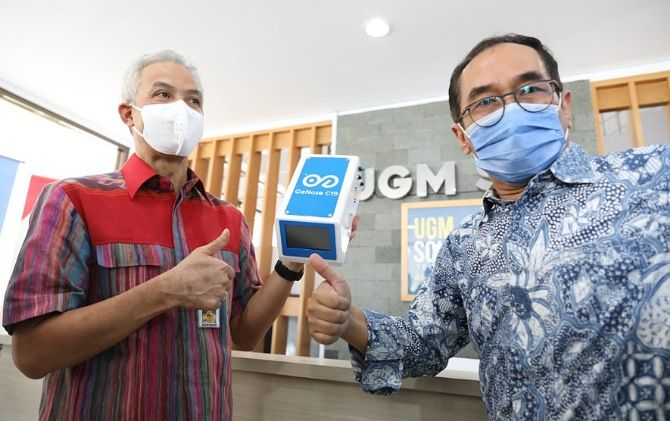 Gubernur Jateng Ganjar Pranowo menjajal dan langsung memesan alat pendeteksi Covid-19, GeNose.