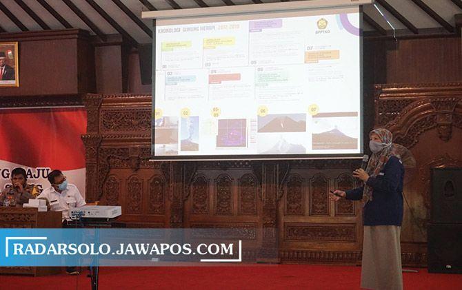 Kepala BPPTKG Jogja Hanik Humaida menjelaskan kondisi Gunung Merapi dalam rapat koordinasi di Pendapa Pemkab Klaten, Selasa (6/1).