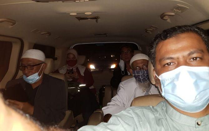 Rombongan Abu Bakar Ba'asyir ditemani TPM dan putranya Abdul Rohim dalam perjalanan dari Lapas Gunung Sindur Bogor ke Ponpes Al Mukmin Ngruki.